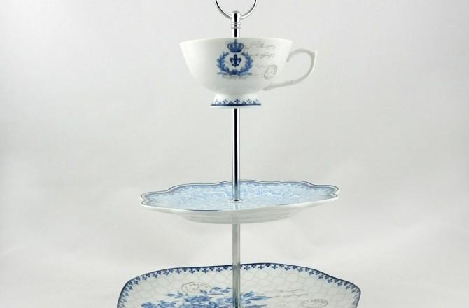 Τριώροφη πιατέλα για κέικ με κούπα στην κορυφή