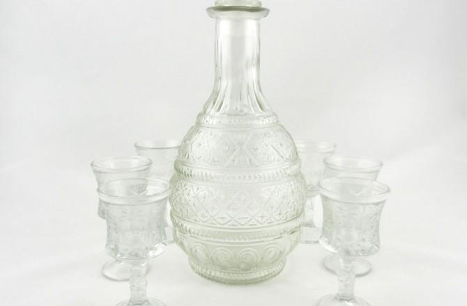 Καράφα παλαιού στυλ και ποτήρια για το λικέρ