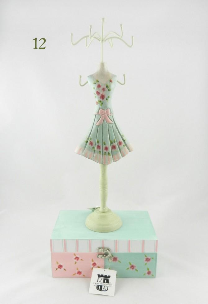 ξύλινο σταντ για κοσμήματα και μπιζού σε σχήμα φορέματος
