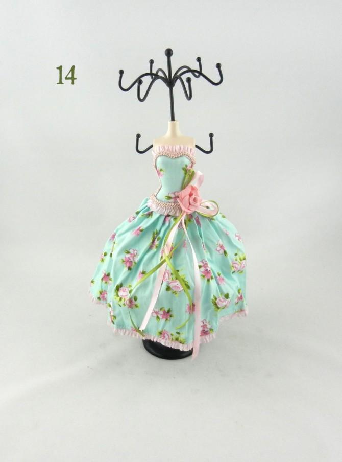 σταντ για κοσμήματα ντυμένο με υφασμάτινο φόρεμα