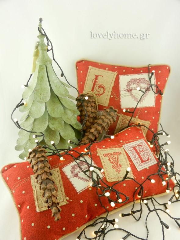 Χριστουγεννιάτικα λαμπάκια και διακοσμητικά μαξιλάρια