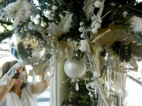 χριστουγεννιάτικο δέντρο κρεμασμένο από την οροφή
