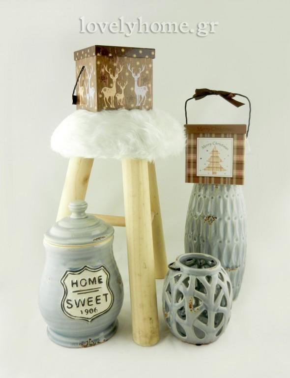 Σκαμπό ξύλινο με λευκή γούνα στο κάθισμα 38 εκ.  31,85 ευρώ | Κουτί δώρου με μουσική και μεταλλικό χερούλι σε 2 σχέδια 13x13 εκ. 5,23 ευρώ |Κεραμικό βάζο με καπάκι,  Κεραμικό βάζο γκρι-γαλάζιο και Κεραμικό φανάρι σε γκρι-γαλάζιο