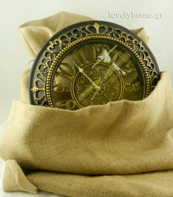 Μεγάλη συλλογή σε ρολόγια τοίχου. Το ρολόι της φωτογραφίας είναι πλαστικό σε μαύρο και χρυσό