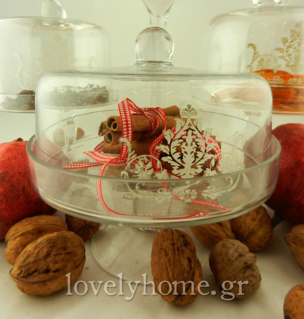 Χειμωνιάτικη πρόταση διακόσμησης με γυάλες γεμάτες καρπούς, κανέλες και αποξηραμένες φέτες φρούτων