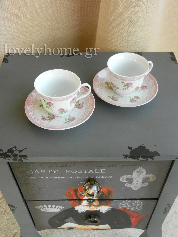 Vintage κομοδίνο με ζωγραφιά σκύλου με ενδυμασία λόρδου και κούπες για καφέ και τσάι