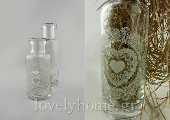 Διαφανή μπουκάλια σε vintage style με λευκό σχέδιο που σχηματίζει καρδιές