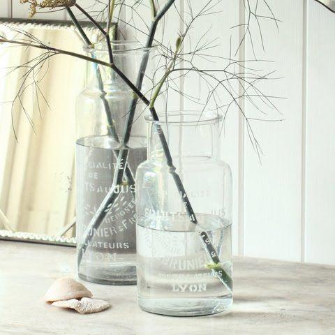 Λίγο νερό σε ένα όμορφο διαφανές βάζο κι ένα κλαράκι κάνουν τελικά τη διαφορά