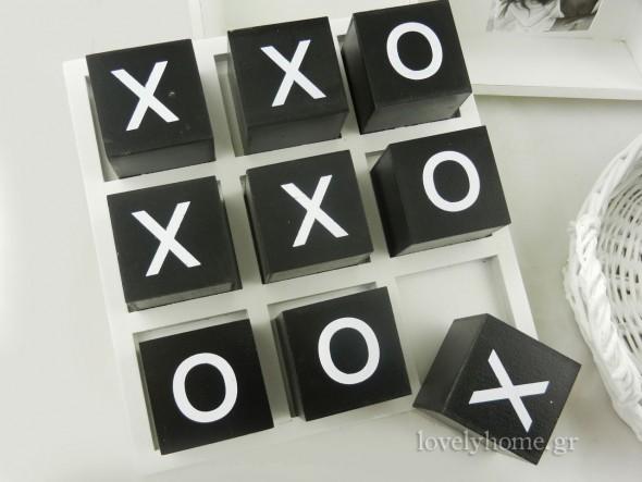 Τρισδιάστατο παιχνίδι τρίλιζα, από ξύλο, για το τραπέζι. Με λευκή βάση και μαύρους κύβους, αλλά και τον αντίστροφο συνδυασμό.