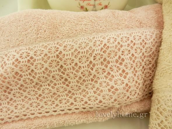 Πετσέτες προσώπου και σώματος σε ροζ και μπεζ χρώμα με πλεκτή δαντέλα στο τελείωμα τους
