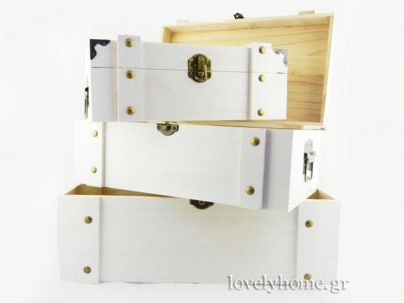 Σετ που αποτελείται από 3 ξύλινα μπαούλα με πρόκες, κούμπωμα και πλαϊνές μεταλλικές λαβές Κωδ: 04104342 Τιμή χωρίς ΦΠΑ 54,44 ευρώ