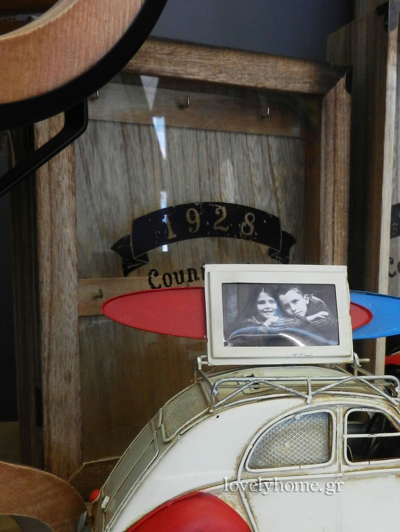 Κλειδοθήκη ξύλινη με πορτάκι από τζάμι σε country style 9,75 ευρώ χωρίς ΦΠΑ
