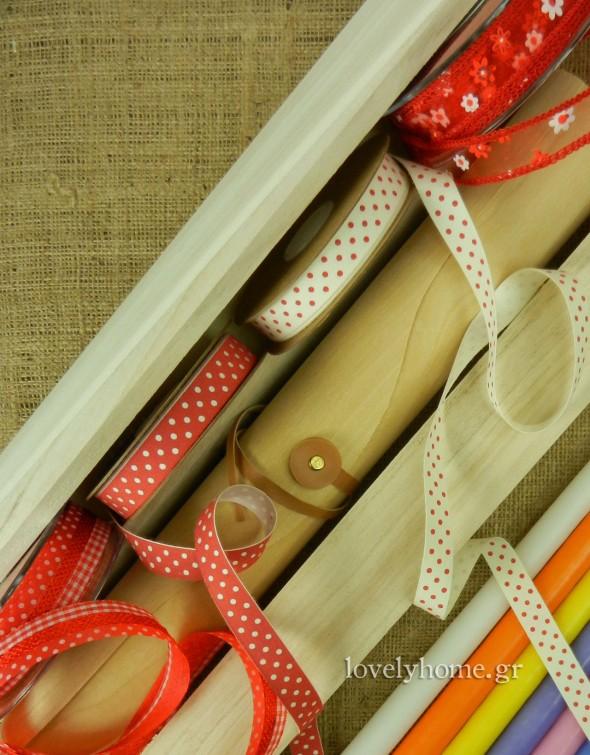 Κορδέλες σε πολλά μεγέθη και σχέδια, καθώς και ξύλινα κουτιά για τις λαμπάδες με τιμές από 1,88 ως 2,47 ευρώ χωρίς ΦΠΑ