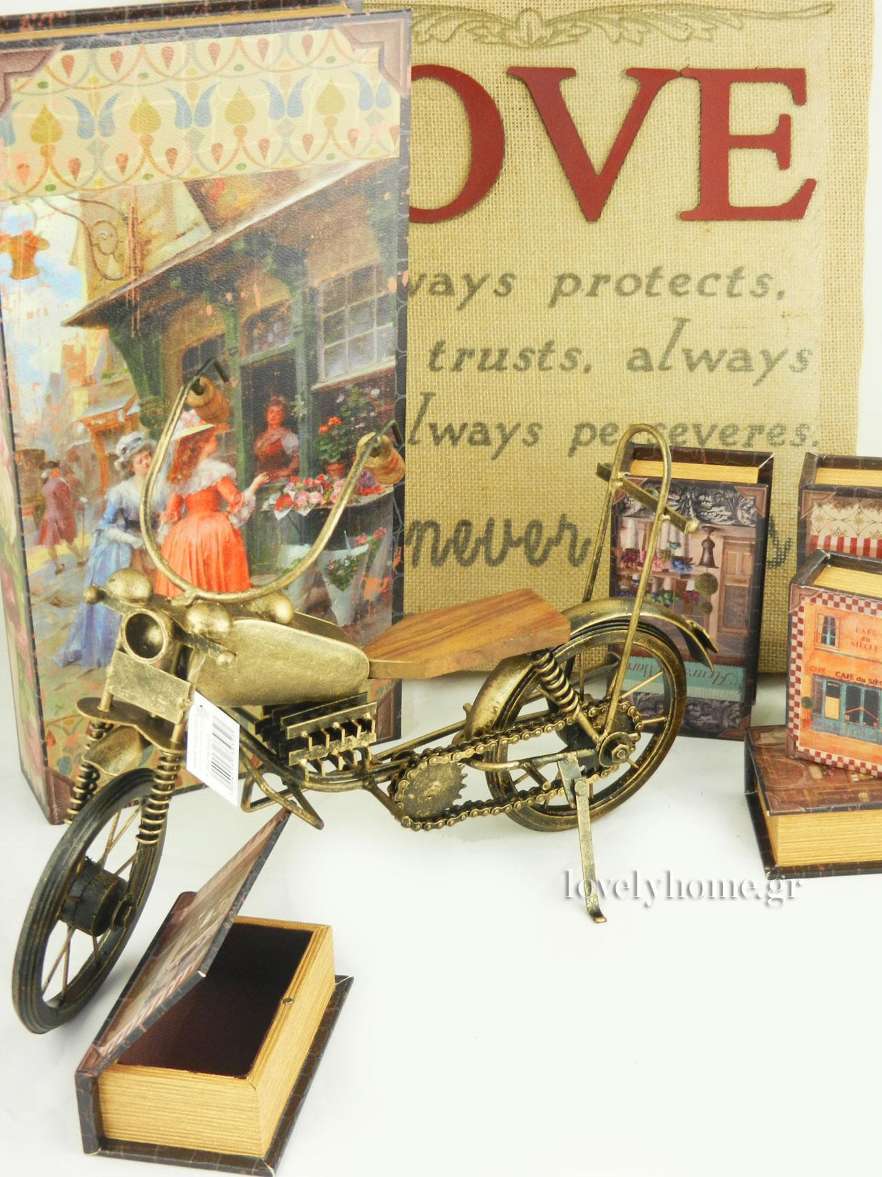 Μινιατούρες δίτροχων οχημάτων, βιβλία κουτιά και πίνακας από λινάτσα με επιγραφή LOVE