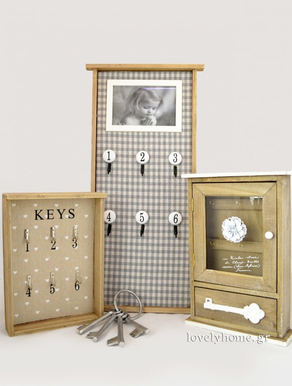 Κλειδοθήκη ανοιχτή με 6 θέσεις για να κρεμάσεις κλειδιά Κωδ:04105100 Τιμή 9,45 ευρώ | Κλειδοθήκη με γυάλινο πορτάκι και επιπλέον συρταράκι στο κάτω μέρος Κωδ:04105034 Τιμή 11,04 ευρώ | Σετ διακοσμητικά κλειδιά Κωδ:04101317 Τιμή 6,41 ευρώ | Μεγάλη κλειδοθήκη με καρό ύφασμα, 6 θέσεις για να κρεμάσεις κλειδιά και χώρο για φωτογραφία στο πάνω μέρος Κωδ:04105109 Τιμή 16,48 ευρώ (όλες οι τιμές είναι χωρίς ΦΠΑ)