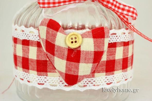 Λεπτομέρεια από τη διακόσμηση των βάζων με το καρώ ύφασμα και την πάνινη καρδιά με το κουμπάκι. Η διακόσμηση συμπληρώνεται με καρώ και λευκή κορδέλα