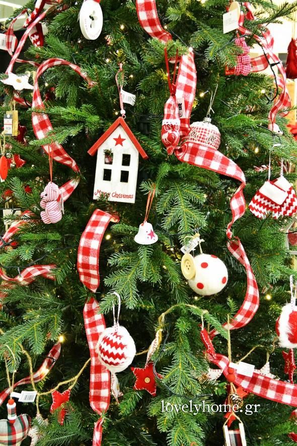 Στολίδια για το Χριστουγεννιάτικο δέντρο και υπέροχες κορδέλες