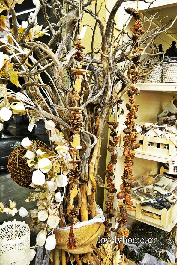Δέντρο με θαλασσόξυλα και διακοσμητικές γιρλάντες