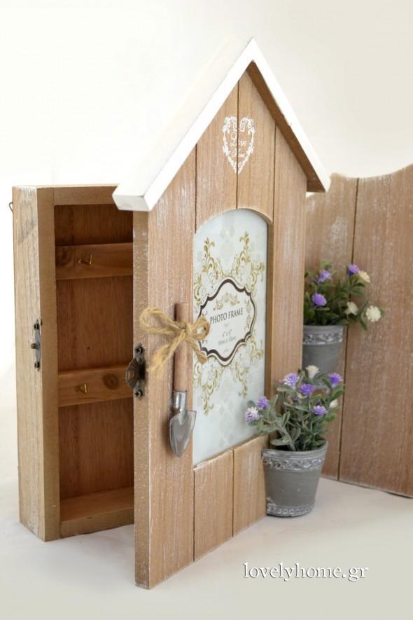 Κορνίζα ξύλινη σπιτάκι με πορτάκι που ανοίγει σε κλειδοθήκη Κωδ:04105035 Τιμή χωρίς ΦΠΑ 12,62 ευρώ