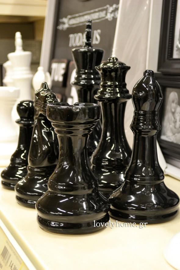 Μεγάλα διακοσμητικά πιόνια για σκάκι σε λευκό και μαύρο χρώμα