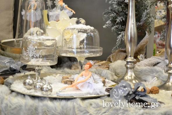 """Γυάλες με καπάκι και ψηλό πόδι για να """"στήσετε"""" από τα γλυκά σας μέχρι ένα μικρό χριστουγεννιάτικο χιονισμένο χωριό"""