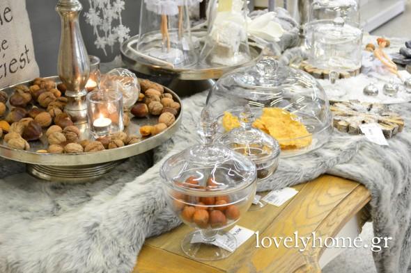 Διάφορες γυάλες με καπάκι, σε ποικιλία σχεδίων και μεγεθών για να τοποθετήσετε τα γλυκά των γιορτών