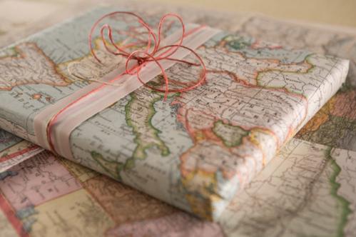 Πέρα από τα κλασικά χαρτιά περιτυλίγματος, μπορείτε να γίνετε πιο εφευρετικοί χρησιμοποιώντας χαρτιά από παλιούς χάρτες, περιοδικά, κόμικ, εφημερίδες, βιβλία, παρτιτούρες κ.α. Συνδυάζοντάς τα με ταιριαστές κορδέλες, δαντέλες, σπάγκους και κορδόνια, θα δημιουργήσετε ξεχωριστές συσκευασίες δώρων