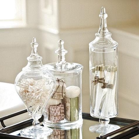 Τα apothecary jars προσφέρουν μια classy εικόνα στο μπάνιο σας όταν χρησιμοποιούνται για να οργανώσετε είδη όπως αρωματικά σαπούνια, αρωματικά άλατα και άλλα είδη μπάνιου