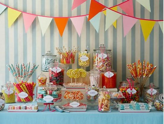 Candy bar γεμάτο γλύκα, χρώματα, διαφορετικές γεύσεις και στιλάτα γυάλινα βάζα που τις φιλοξενούν