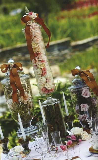 Όταν τα βάζα γεμίζουν με άνθη και διακοσμούνται με κορδέλες, αποτελούν υπέροχη διακοσμητική πρόταση για τον γάμο