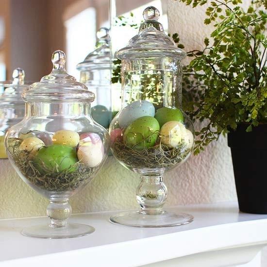 Για την πασχαλινή διακόσμηση του σπιτιού, τα βάζα γεμίζουν με τα ανάλογα στοιχεία. Μικρές φωλιές πουλιών και πασχαλινά αυγά δίνουν χρώμα, στυλ και ύφος στον χώρο