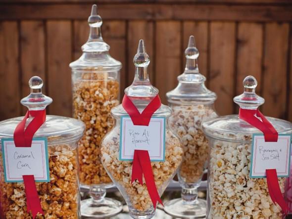 Βάζα με ποπ κορν σε διάφορες γεύσεις μπορούν να αποτελέσουν μέρος ενός πρωτότυπου και γευστικού μπουφέ στο πάρτυ