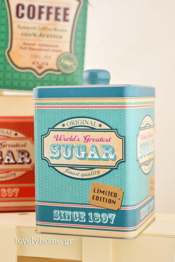 Μεταλλικό κουτί για τη ζάχαρη σε 3 χρώματα, γαλάζιο, κόκκινο και πράσινο, όπως και τα υπόλοιπα είδη της σειράς, σε διαστάσεις 10x15 εκ. Κωδ:04105720 Τιμή χωρίς ΦΠΑ 4,07 ευρώ