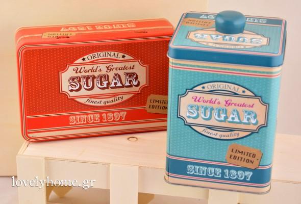 Μεταλλικό κουτί για τη ζάχαρη σε 3 χρώματα, γαλάζιο, κόκκινο και πράσινο, όπως και τα υπόλοιπα είδη της σειράς, σε διαστάσεις 10x15 εκ. Κωδ:04105720 Τιμή χωρίς ΦΠΑ 4,07 ευρώ | Μεταλλικό κουτί παραλληλόγραμμο, σε 3 χρώματα κόκκινο, γαλάζιο και πράσινο, που ανοίγει από την μεγάλη του πλευρά. Έχει διαστάσεις 17x10x7 εκ. Κωδ:04105719 Τιμή χωρίς ΦΠΑ 3,26 ευρώ