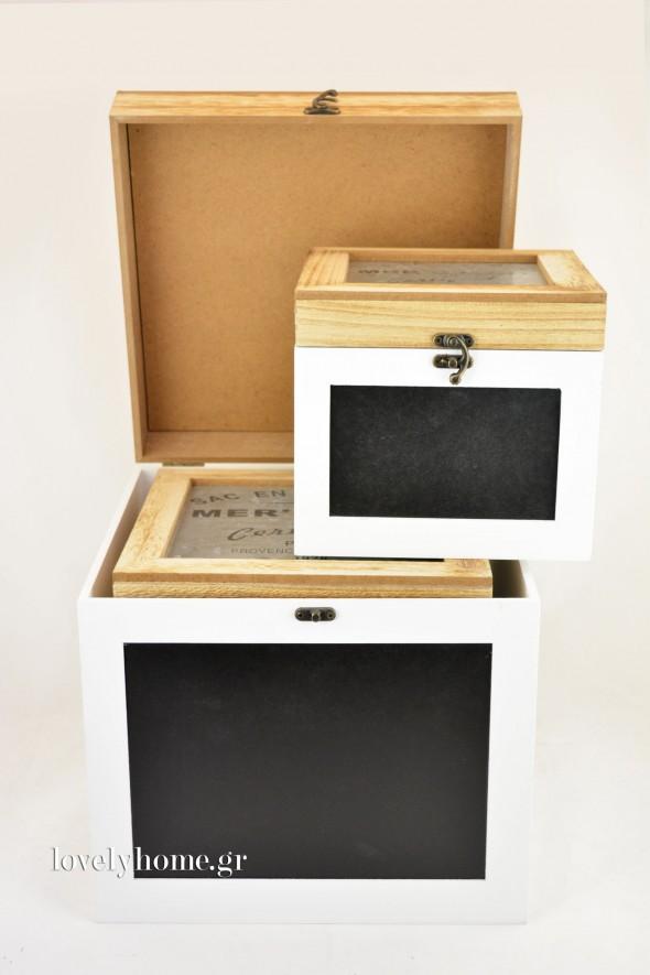 Σετ που αποτελείται από 3 ξύλινα κουτιά με μαυροπίνακα στο εμπρός μέρος και μέταλλο τύπου λαμαρίνας στο πάνω μέρος, τυπωμένο με μαύρα γράμματα Κωδ:04104570 Τιμή χωρίς ΦΠΑ 46,16 ευρώ
